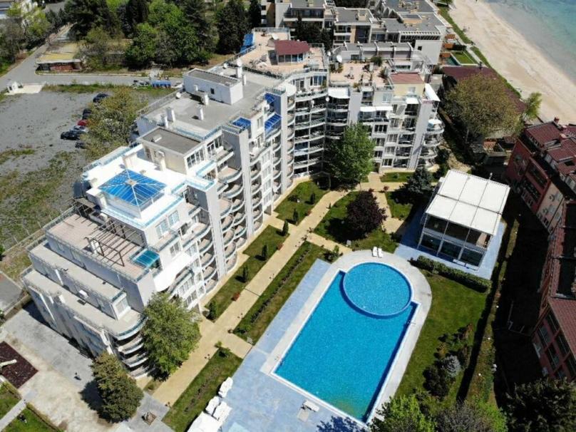 Територия на комплекса Оазис в Равда България